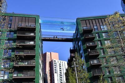 Piscina transparente suspensa liga prédios de luxo em Londres.