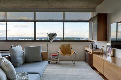 Brasília particular: apê se moderniza sem perder o charme do trio cobogó, concreto e janelão