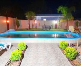 Pátio murado com piscina
