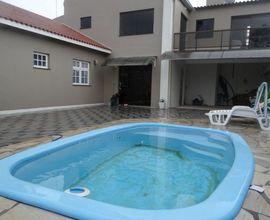 Amplo pátio com piscina