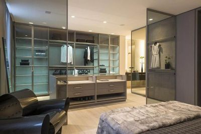 Quarto com closet: saiba como decorar e organizar + 62 modelos