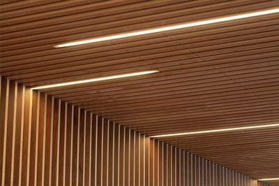 Forro ripado de madeira: como usar iluminação com fita de LED