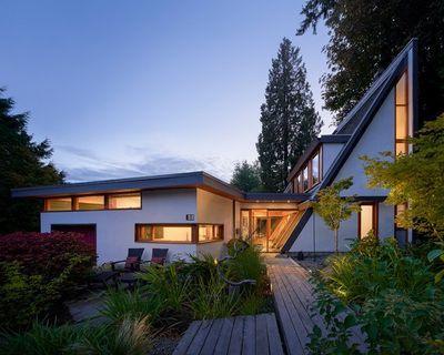 Vidro e madeira restauram e dão forma à essa casa meia-água
