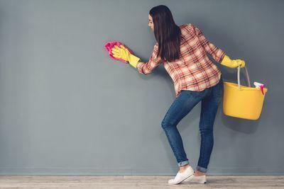 Dicas práticas para limpar 3 tipos de sujeira das parede