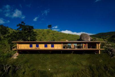 Casa no campo une arquitetura sustentável e integração com a natureza