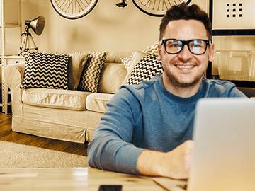 Trabalhando de casa? Especialistas dão dicas de como ajustar sua residência para o home office.