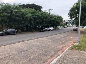 vista da rua mostrando a frente do terreno